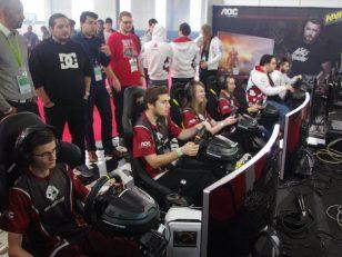 Photo de l'équipe War Legend, sur le stand de la LSMV lors de la Gamer Assembly