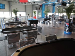 Quelques tables de poker, pour les soirées entre amis