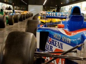 Cette allée du musée est simplement incroyable, jamais je ne serai plus près de vingt Formule 1