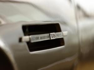 Deux lettres posées sur une Aston Martin suffisent