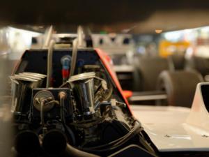 Le fameux moteur Ford Corworth DFV sur la McLaren n°7 de John Watson