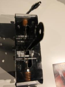 Une version de démo montre l'intérieur et notamment les deux ressorts qui produisent la résistance du frein à main