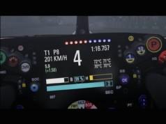 Zoom sur le volant de F1 2018, avec les informations indispensables. Températures des pneus, mode activé de l'ERS, état de la regénération de Frein (B) et du Turbo (H), carburant restant, marge en tour pour finir, la course, et temps au tour. C'est complet !